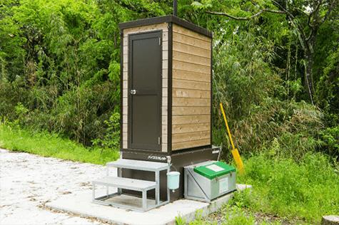 バイオトイレは水も汲み取りも不要!                     微生物の働きで分解・処理する、環境にも優しいエコなトイレです